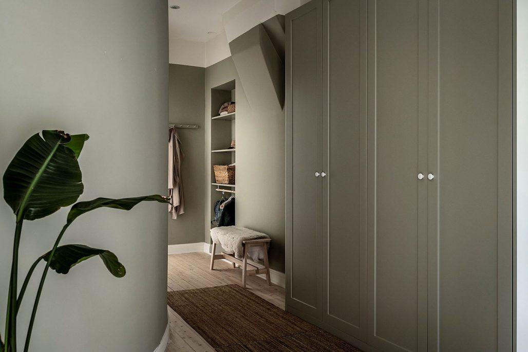 Hall med bra förvaring i färgen ncs 3005-G80Y