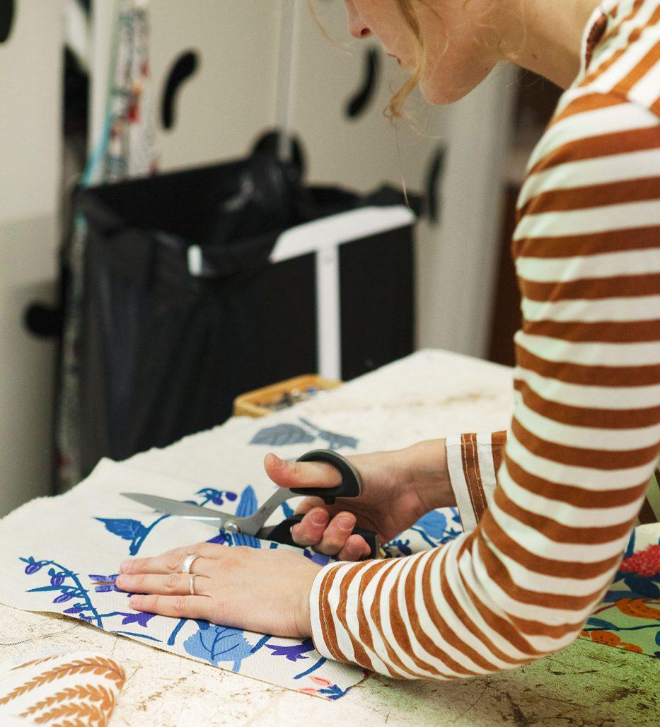Möbeltapetserare Adina Asplund i verkstaden
