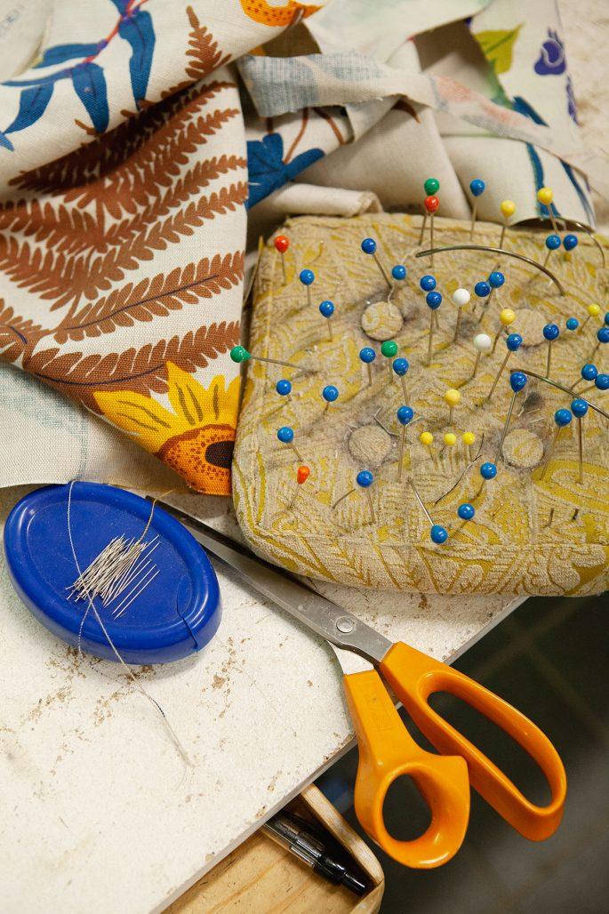 Tyger och nålar i möbeltapetserarens verkstad