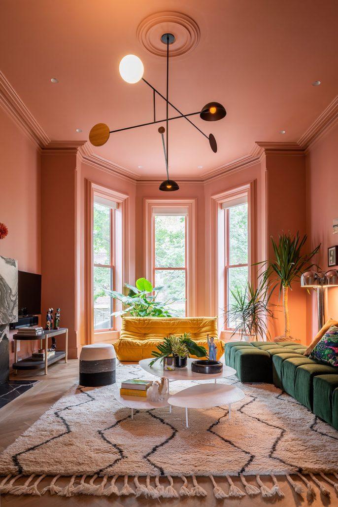 Rosa och färgglatt i vardagsrummet