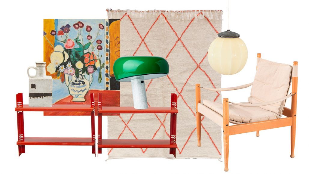 Auktionsfynd – röda bokhyllor, bordslampan Snoopy och safarifåtölj